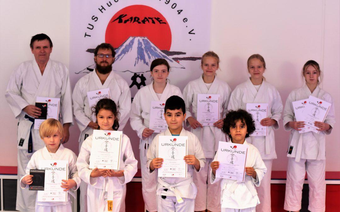 Karate-ka Erfolgreich bei Gürtelprüfung